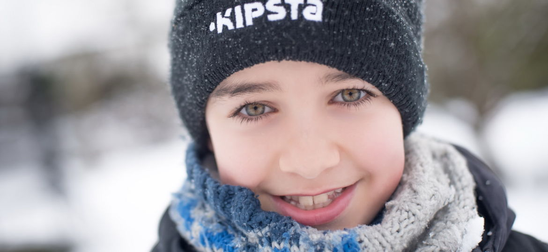 Portrait d'un enfant à la neige