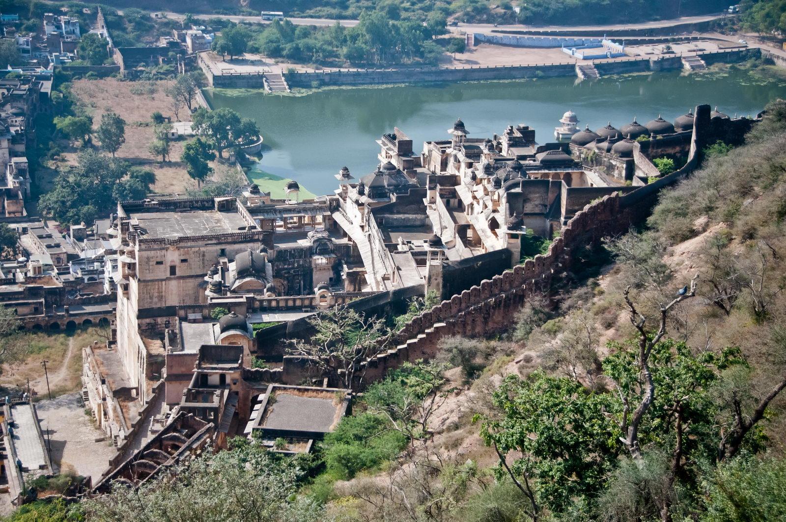 Le palais des rao de Bundi étage à flanc de colline